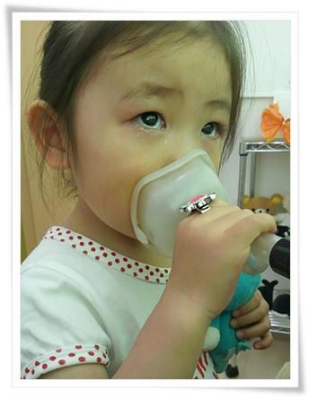 ギャン泣きで診察のあと、涙目でネブライザー