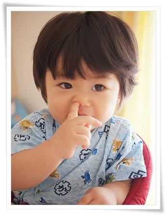 鼻に指突っ込んでる・・・(-_-;
