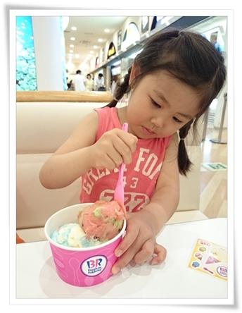 アイスクリームぱくぱく♪