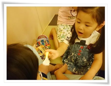 ユラにごはんを食べさせてあげてるカブ子(^^)