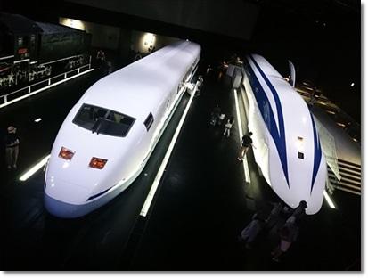 左:955形新幹線試験車(300X) 右:超電導リニアMLX01-1