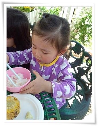 焼きおにぎり作ったのに、普通のご飯がいいと、茶碗で食べてるカブ子(-_-;